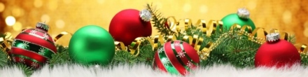 christmas-balls-ornaments-on-golden-banner-background-800x200