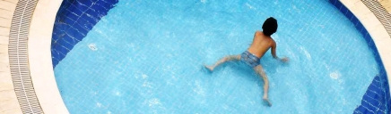 kid-swimming-in-the-pool-header