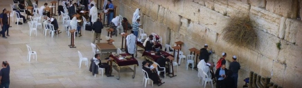 jews-praying-along-the-western-wall-in-jerusalem-web-header_size-1024x300